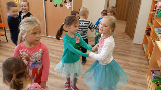 Dzień Przedszkolaka – zabawy integracyjne, słodkie poczęstunki, tańce i swawole:). Dzieci z paniami wykonały serca dla wszystkich przedszkolaków na świecie