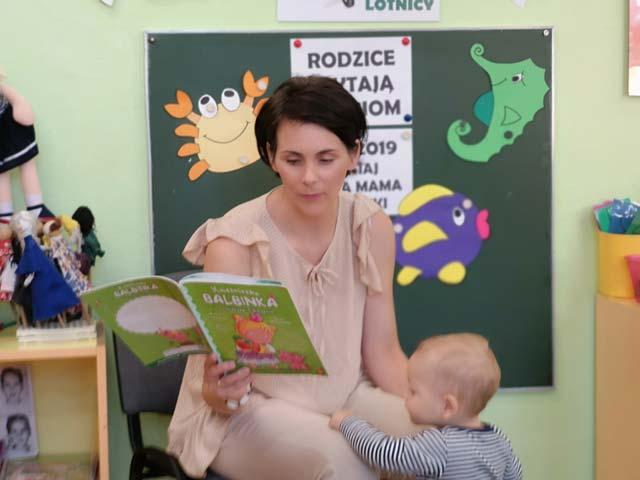 """Spotkanie w grupie II """"Lotnicy"""" z cyklu """"Rodzice czytają dzieciom"""" – Mama Dorotki przeczytała nam bajkę o Księżniczce Balbince i prosiaczku Chlapciu."""