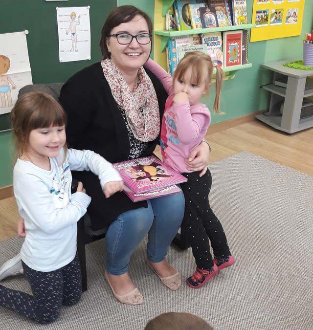"""Zajęcia z cyklu """"Czytamy dzieciom"""". Tym razem bajkę dzieciom, przeczytała mama Dorotki i Zosi – dziękujemy!"""