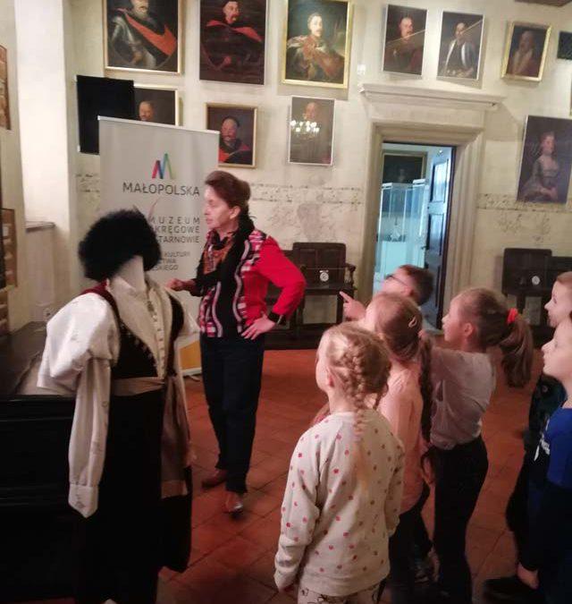"""Grupa V – """"Wiewiórki"""" podczas lekcji muzealnej i warsztatów plastycznych w Muzeum Okręgowym w Tarnowie"""