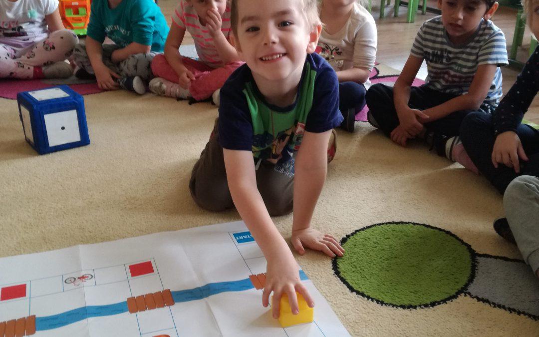 """Jedna z ulubionych przez dzieci form edukacji i zabawy – gra planszowa – w grupie """"Sówki"""""""