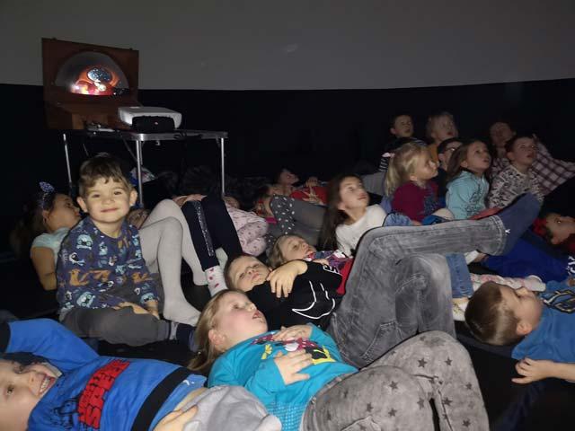 Kino sferyczne w przedszkolu – pokaz filmów w nadmuchiwanej kopule dotyczących wszechświata i ciekawostek z kosmosu.