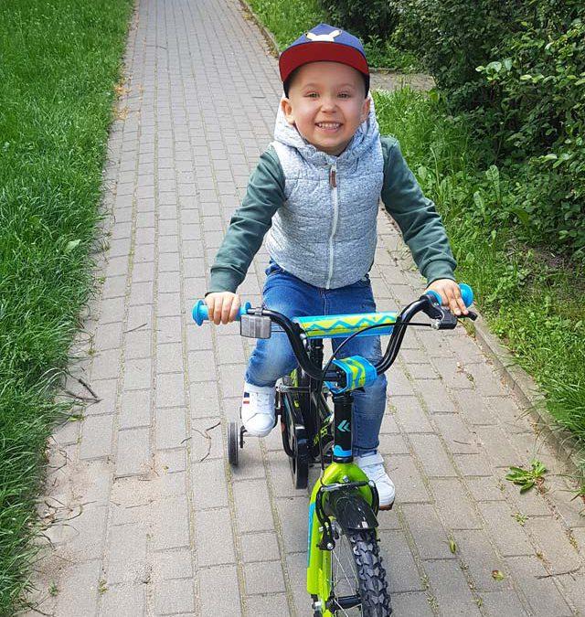 """Kubuś z gr.II """"Lotnicy"""" uczy się jeździć na nowym rowerku. Brawo!"""