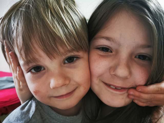 """Dawidek W. z gr. II """"Lotnicy"""" razem z siostrą Ewą prezentują wesołe zabawy w domu"""