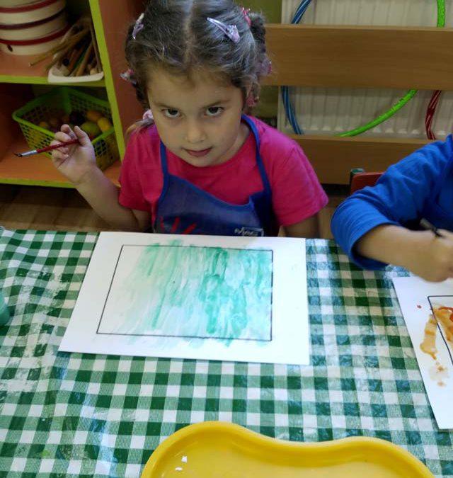 """W grupie """"Smerfy"""" dzieci bardzo lubią malować farbami"""