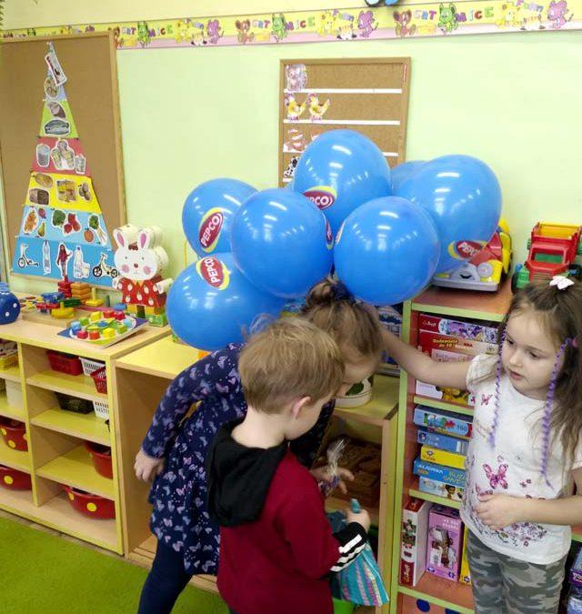Urodzin czas – Smerfiki: Tosia, Ignaś, Bartuś i Lilka obchodzili swoje urodziny. Ola podarowała wszystkim baloniki.