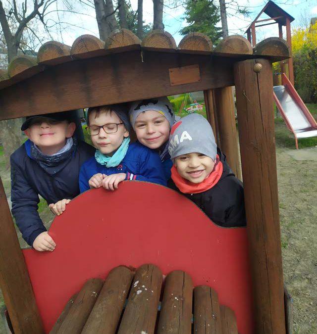 Zabawy w ogrodzie po długim okresie niepogody – grupa Lotnicy