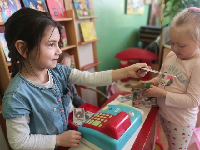 """""""Lotnicy"""" wzbogacają wiedzę o książkach – zabawa tematyczna w księgarnię"""