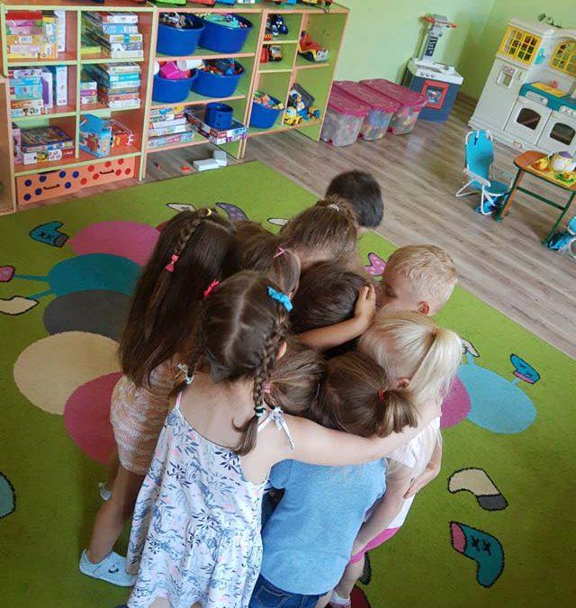 """Pożegnanie Lilianki i Miłoszka z przedszkolem:( – """"Smerfy"""" i """"Lotnicy"""" – będziemy za Wami tęsknili"""