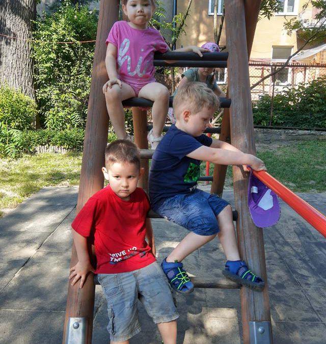 """Czerwcowe zabawy w ogrodzie – gr. II – """"Smerfy"""""""