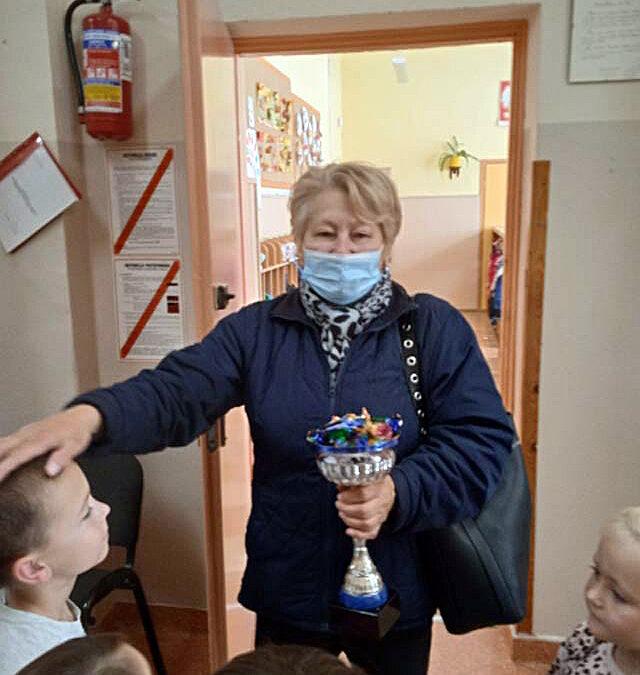 """Puchar """"Super Kosmicznej Babci"""" otrzymała babcia Lenki K. za ogrom prac wykonanych podczas wycieczki gr.III – Gratulujemy!"""