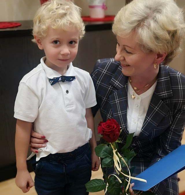 """Uroczystość z okazji Dnia Nauczyciela przygotowały dzieci z grupy V – """"Przyjaciele przyrody"""""""